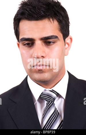 Portrait d'un jeune homme d'affaires moyen-orientales à la découpe vers le bas sur un fond blanc. Banque D'Images