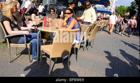 / Cologne Koln, Nordrhein-Westfalen, Allemagne. Les gens au café tables dans Street Banque D'Images