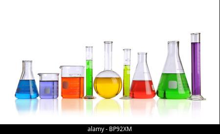 Verrerie de laboratoire avec des liquides de différentes couleurs plus isolé sur fond blanc Banque D'Images
