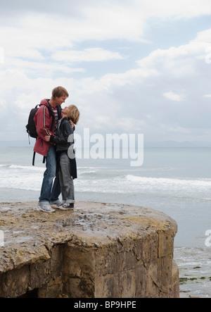 Tarifa, Cadix, Andalousie, Espagne; un couple sur l'ouragan le long de la plage de l'hôtel costa de la luz Banque D'Images