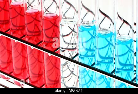 Produits chimiques dans les éprouvettes. Les produits chimiques liquides dans un laboratoire de chimie. Banque D'Images