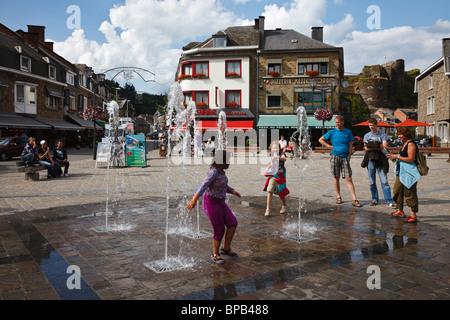 Enfants jouant dans la fontaine à La Roche-en-Ardenne, Wallonie, Belgique Banque D'Images