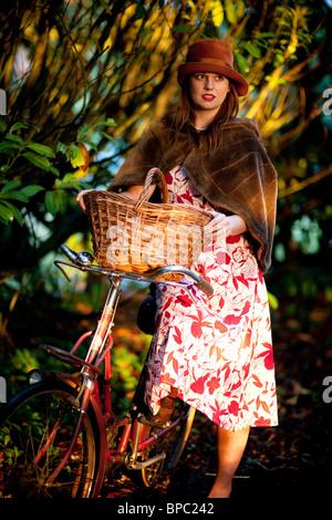 Fille avec un vélo dans un style vintage 1940 Banque D'Images