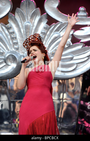 Paloma Faith performing live at V Festival 2010 Banque D'Images