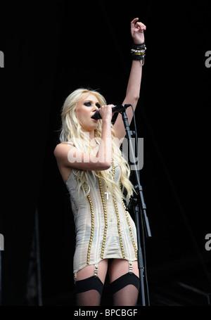 Taylor Momsen de The Pretty Reckless performing live at V Festival 2010, Highlands Park, Chelmsford, Essex, UK, Banque D'Images