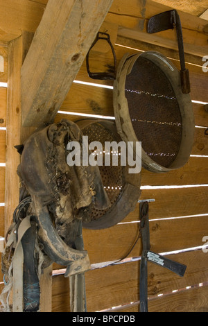 Style de vie traditionnel, outils agricoles accrochés au mur, village de Brushlyan, district de M. Tarnovo, Balkans, Banque D'Images