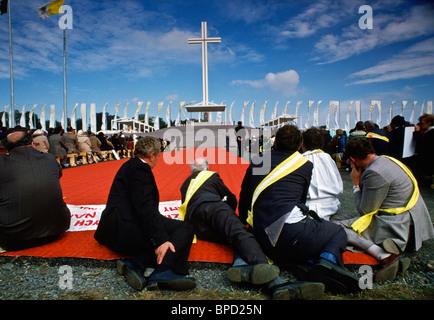 Pèlerins, assister à la messe célébrée par le Pape Jean Paul II de Knock en Irlande Banque D'Images