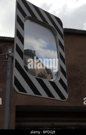 Reflets de scène de rue française dans des mirror Banque D'Images