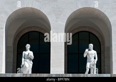 Détail du Palazzo della Civiltà Italiana building, icône de l'architecture fasciste, quartier EUR, Rome, Italie Banque D'Images