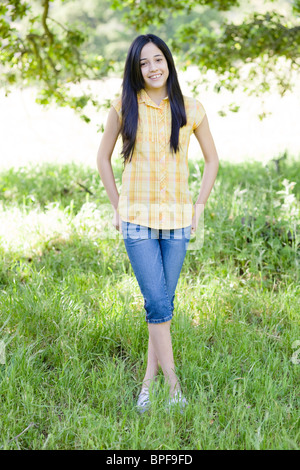 Hispanic Girl standing in field Banque D'Images