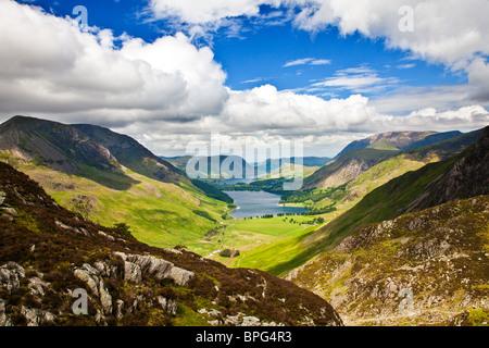 Vue sur la lande et les meules de Crummock Water path, Parc National de Lake District, Cumbria, England, UK Banque D'Images