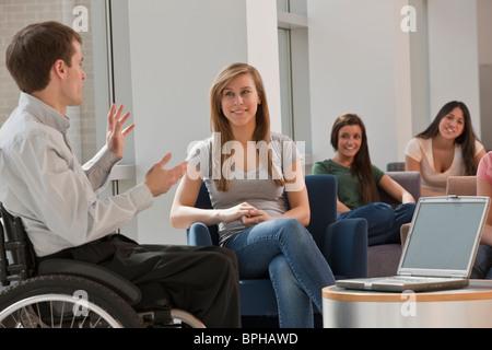 Avec l'enseignant de la moelle épinière donnant un cours à des étudiants en classe Banque D'Images