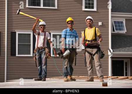 Charpentiers travaillant avec des outils de construction Banque D'Images