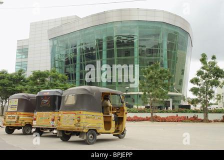 Cyberabad, pousse-pousse à moteur à l'avant du bâtiment moderne, HITEC City, Hyderabad, Andhra Pradesh, Inde, Asie Banque D'Images