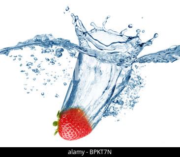 Strawberry tombe profondément sous l'eau avec un grand bruit. Banque D'Images