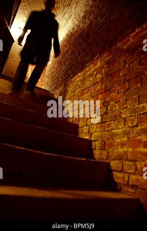 Silhouette d'homme marchant dans les escaliers Banque D'Images