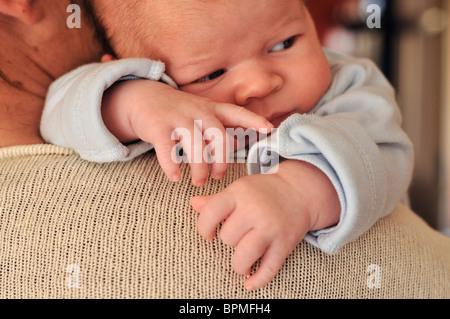 Mère tenant un bébé âgé d'un mois Banque D'Images