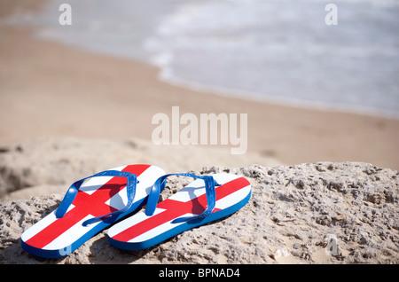British Tourist - Angleterre tongs sur une plage ensoleillée Banque D'Images