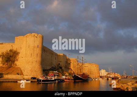 KYRENIA, Chypre du Nord. La lumière du matin sur le château de Kyrenia et le port, avec un ciel orageux au-dessus. Banque D'Images