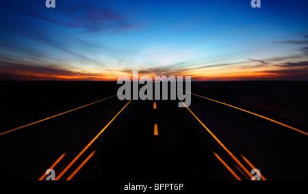 La route de nuit avec ciel dramatique et de voiture en mouvement Banque D'Images