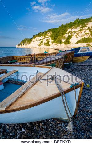 Bateaux de pêche sur la plage à la bière, l'est du Devon. Banque D'Images