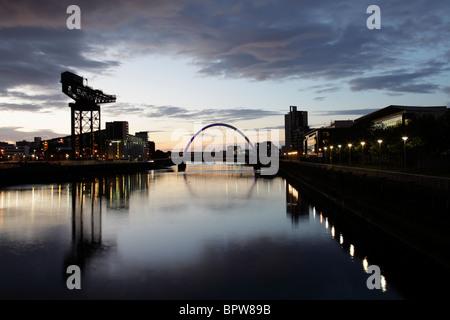 À l'Est le long de la rivière Clyde à l'aube vers le pont d'Arc et Clyde Finnieston Crane, Glasgow, Scotland UK
