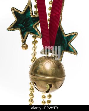Un joli assortiment de décorations de Noël suspendus sur un fond blanc Banque D'Images