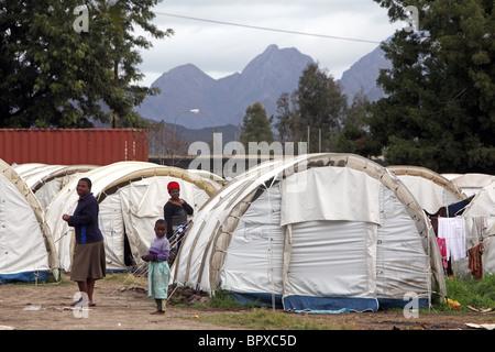 Afrique du Sud: les réfugiés du Zimbabwe sont encore logés dans des tentes au camp de réfugiés d'DeDoorns, Western Banque D'Images