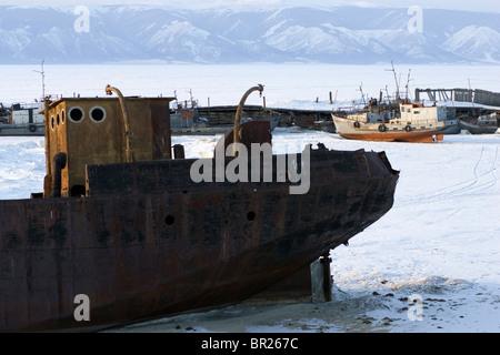 Un navire abandonné dans le port de gauche sur le Lac Baïkal gelé pendant l'hiver sur l'île d'Olkhon, Sibérie, Russie.