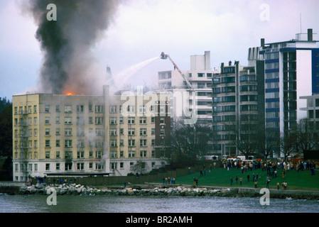 Pompiers Pompiers / Feu de combat dans un immeuble en feu, Vancouver, BC, British Columbia, Canada