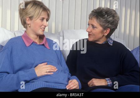 Femme plus parler aux jeunes femme enceinte Banque D'Images