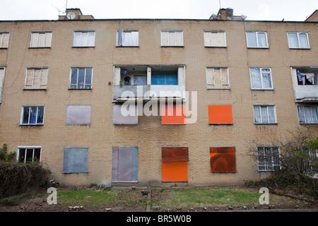 La barricadèrent windows d'un bloc d'appartements conseil vide à Hackney, à Londres.