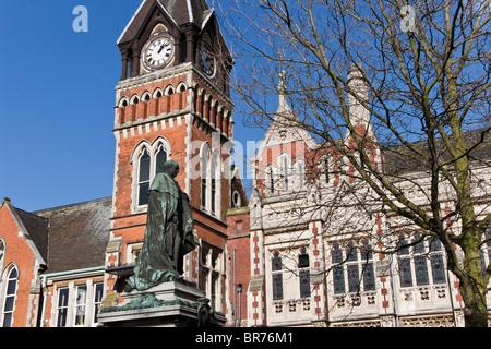 Statue de Michael Arthur (le premier Baron Burton) à l'extérieur de l'hôtel de ville, Burton upon Trent, Staffordshire, Banque D'Images