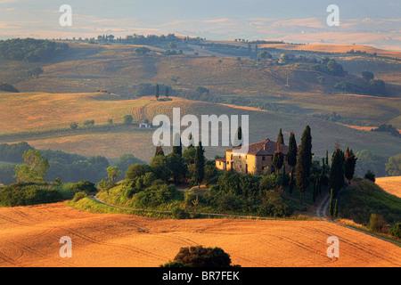 Villa sur une colline dans le Val d'Orcia en Toscane province de l'Italie Banque D'Images