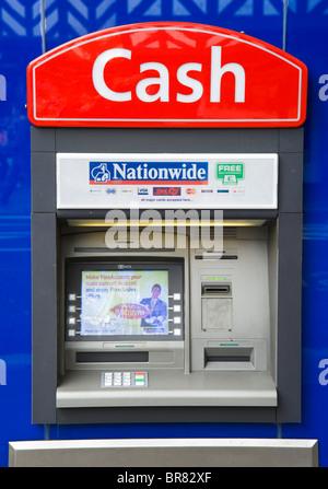 Distributeur de billets à l'échelle du pays dans le centre-ville, Cheshire, England, UK