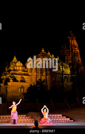 Les femmes indiennes l'exécution d'une danse traditionnelle. Festival Khajuraho de danses. Sur l'arrière-plan le Banque D'Images
