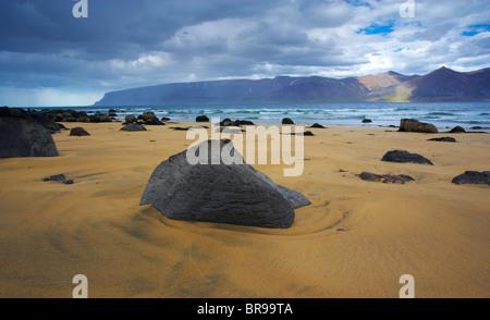 Une vue de l'Arnarfjordur d'une plage le long de la Route de Selardalur dans les Fjords de l'ouest de l'Islande, Région de Vestfirdir