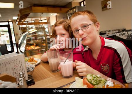 Lits jumeaux de 11 ans frère et sœur de lait frappé dans le boire plus tôt pour fermer la barre de lait, Aberystwyth Banque D'Images