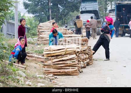 Vente bois de chauffage de la minorité des Vietnamiennes au bac ha marché dimanche Banque D'Images