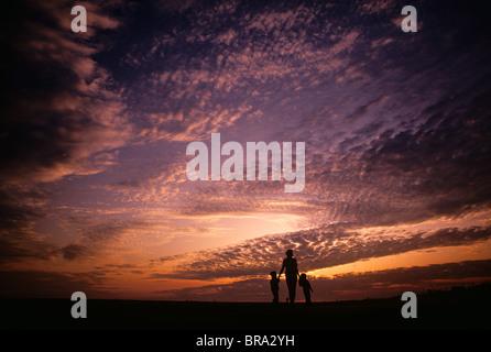 Mère et enfants SILHOUETTE Ciel nuageux Banque D'Images