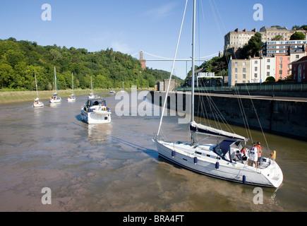 Bateaux à voile laissant le verrou de condensats chauds à Brunel Bristol à descendre l'Avon Gorge et sous le pont suspendu de Clifton