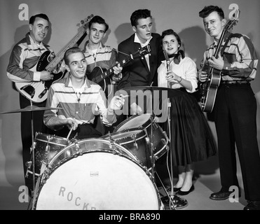 1950 PORTRAIT OF TWO 6 MEMBRE ROCK-A-BILLY BAND dans des tenues correspondant Banque D'Images