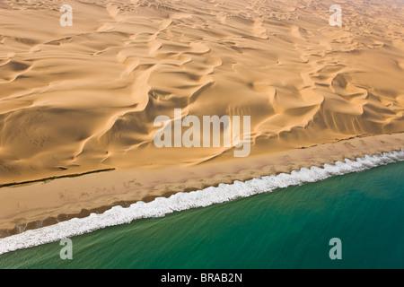 Vue aérienne de dunes de sable et de la côte atlantique, près de Swakopmund, désert du Namib, Namibie, août 2008 Banque D'Images