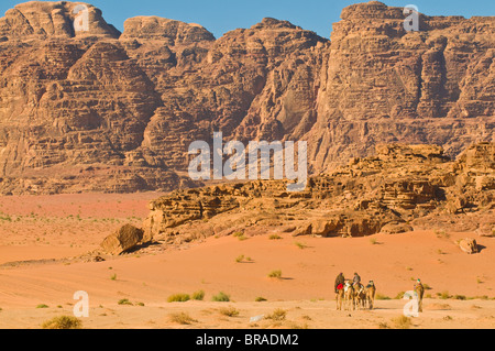Caravane de chameaux dans le magnifique paysage du désert de Wadi Rum, Jordanie, Moyen-Orient Banque D'Images