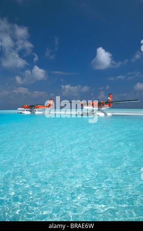 Maldivian Air Taxi hydravions stationnés sur banc, Maldives, océan Indien, Asie Banque D'Images