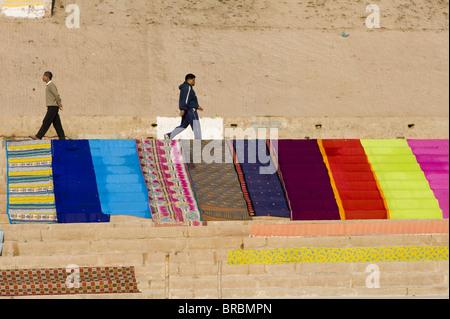Saris séchant sur les ghats de Varanasi, Uttar Pradesh, Inde Banque D'Images