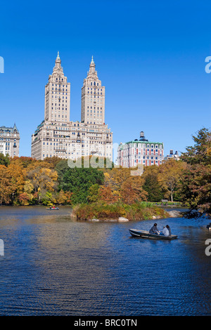 Central Park et les grands bâtiments le long de Central Park Ouest vue sur le lac en automne, Manhattan, New York, Banque D'Images
