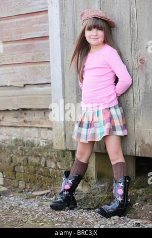 Jeune fille portant un chapeau et des bottes de cow-boy; Troutdale, Oregon, United States of America Banque D'Images