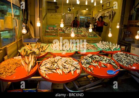 Marché de poissons la nuit, Istanbul Turquie Banque D'Images