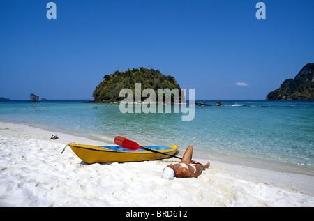 Femme allongée sur la plage, Ko Poda, Krabi, Thaïlande Banque D'Images